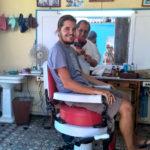 beim Barbier, mit Che im Hintergrund