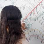 Ramona studiert das Zugsnetz