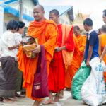 die Mönche bekommen Spenden